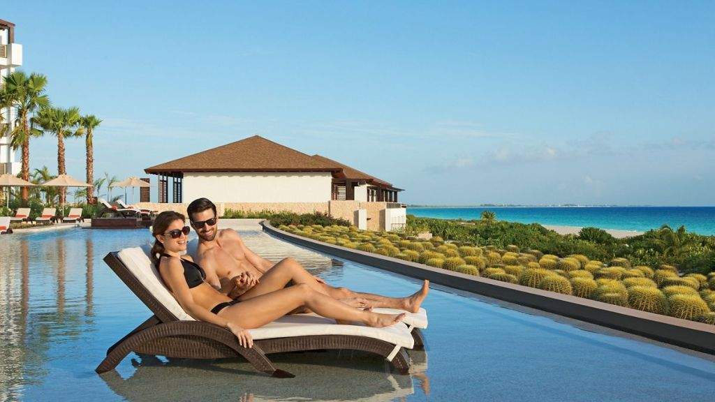 SECPM_EXT_Couple_InfinityPool_1A