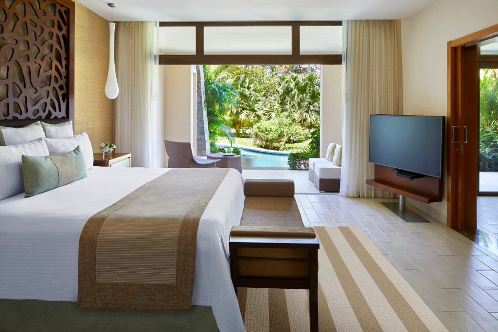 Preferred_Club_Master_Suite_Swim_Out_Tropical_View