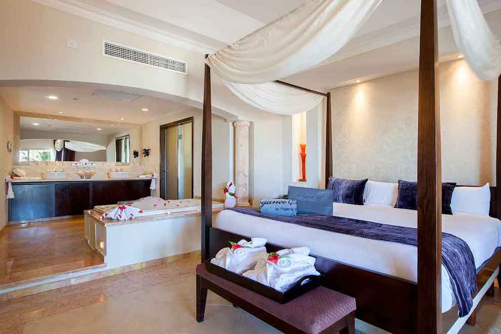 Elegance-Club-Swim-Up-Suite-bed-wc