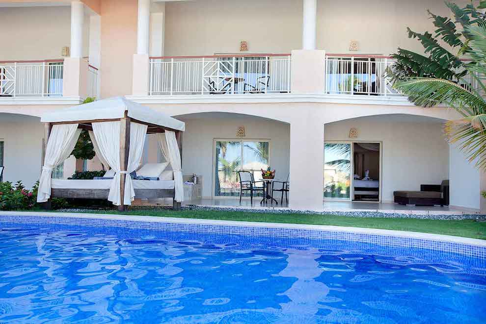 Elegance-Club-Swim-Up-Suite-pool