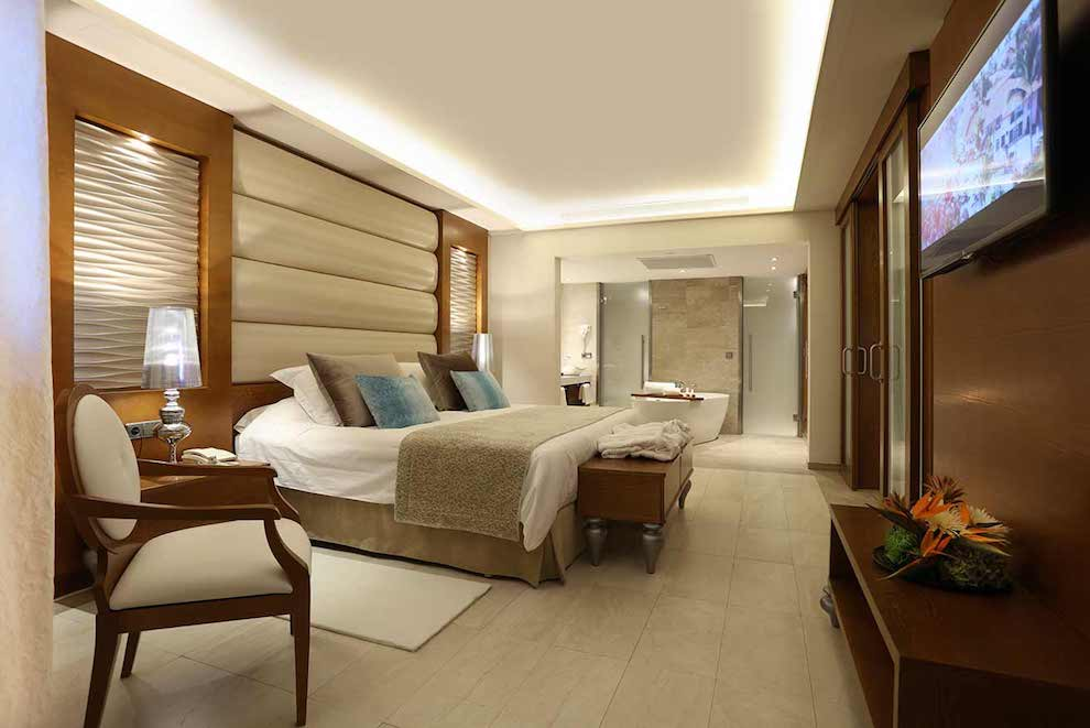 Family-Club-One-Bedroom-Suite-bed