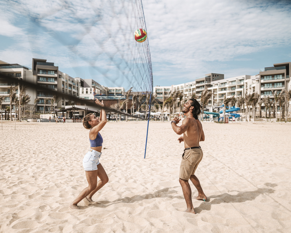 HRHLosCabos_Lifestyle_Couple Volleyball