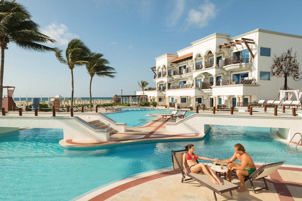 Hilton-Playa-del-Carmen-Main-Pool-Couple-4