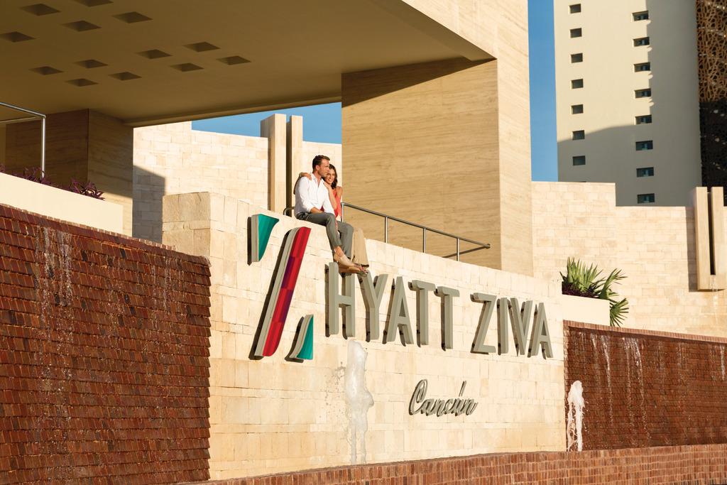 Hyatt-Ziva-Cancun-Front-Sign-Couple