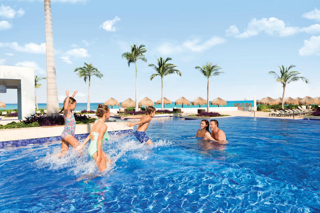 Hyatt-Ziva-Cancun-Main-Pool-Family-10