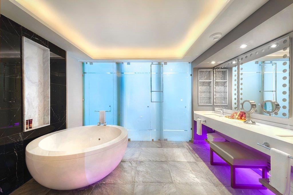 Planet_hollwood_cancun- bath-DSuite-!Bed-7