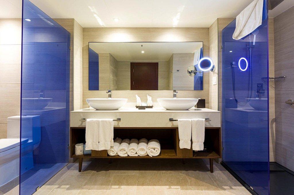 SONESTA-MAHO-deluxe_suite_bathroom