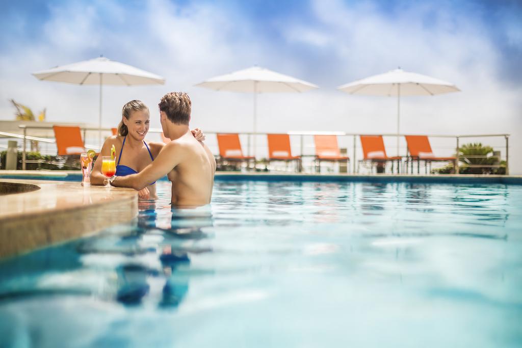 bp_Couple in swimup bar