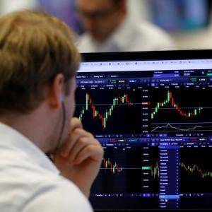 curso experto inversion y bolsa trader-observando-pantalla-ordenador
