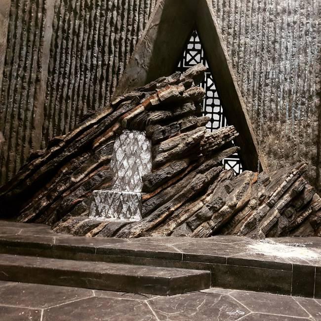 Daenerys pe tronul din Dragonstone