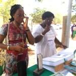 La directrice nationale de l'éducation inclusive, Mme Ouédraogo consulte le dico en langue des signes
