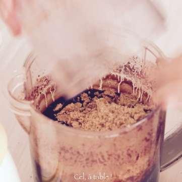 Verser la poudre de noisette dans le mélange au chocolat