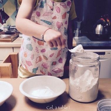 Compter les cuillères de farine à mettre dans le bol