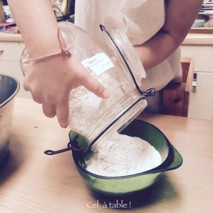 enfant verser farine