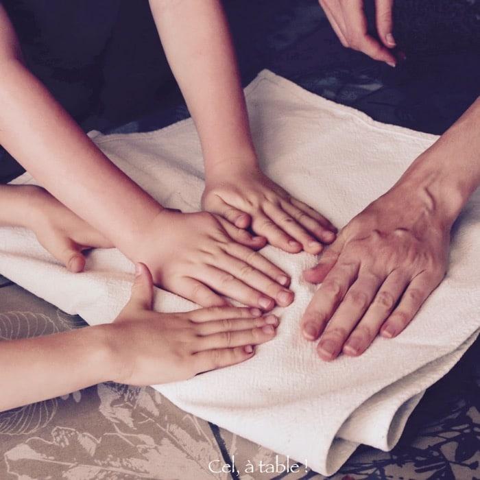 Frotter à 5 mains (!) les noisettes pour décoller la peau