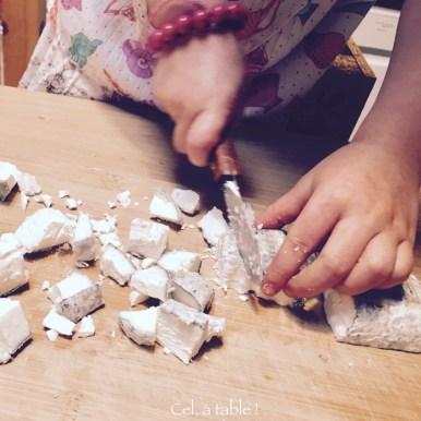 Découper le fromage de chèvre en dès