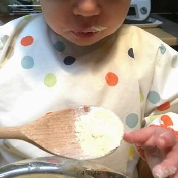 première séance de cuisine à 15 mois : goûter la farine