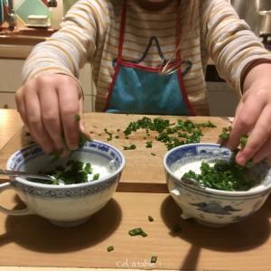 mettre la ciboulette dans les bols de sauce