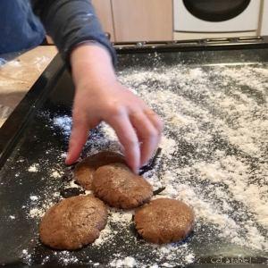 déposer biscuit sur plaque de four