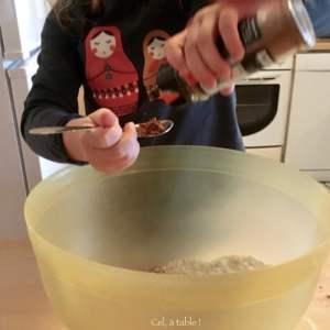 mesurer les épices à la petite cuillère