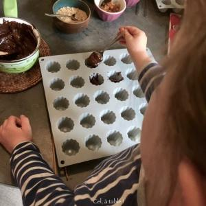 verser le chocolat dans le moule à la petite cuillère