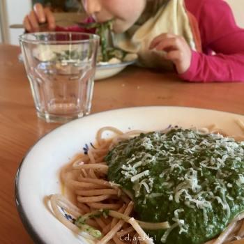 enfant en train de manger des spaghettis aux épinards