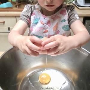 casser un oeuf pour faire un pancake