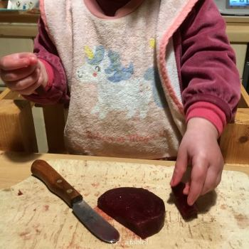 couper et manger de la betterave par un jeune enfant