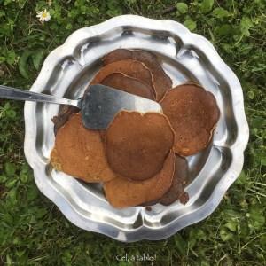plat de pancakes dans l'herbe