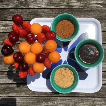 Bouquet de sucettes de fruits et 3 bols pour la fondue : caramel crémeux et miettes de gâteaux