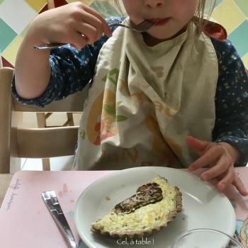 enfant qui mange une tartelette
