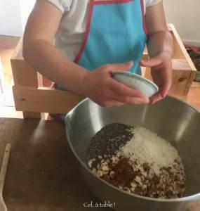 enfant qui ajoute du sel et des épices