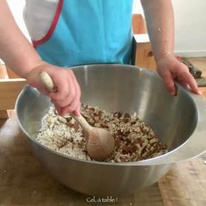 enfant qui mélange les ingrédients pour faire des céréales maison