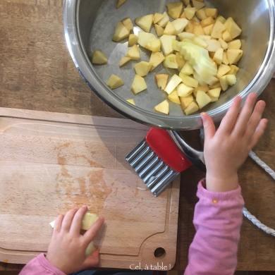 Enfant qui coupe les pommes pour la compote