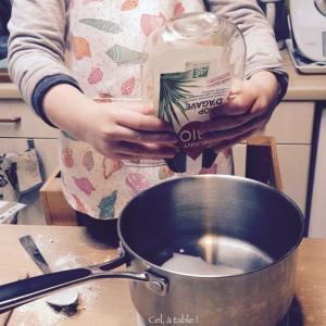enfant qui verse du sirop d'agave dans une casserole