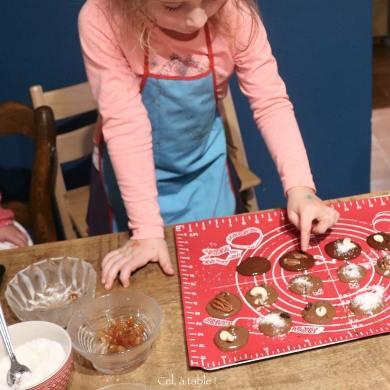 enfant qui fait des mendiants au chocolat