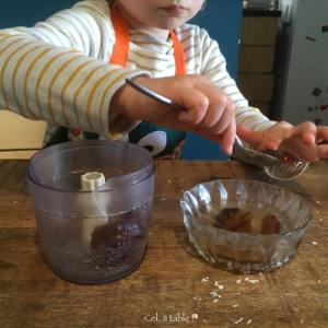 enfant qui mets des dattes dans un mixeur