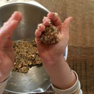 enfant qui met une boule de pâte dans le creux de sa main