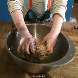 pâte mélangée par un enfant