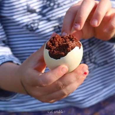 enfant qui écaille un oeuf au chocolat