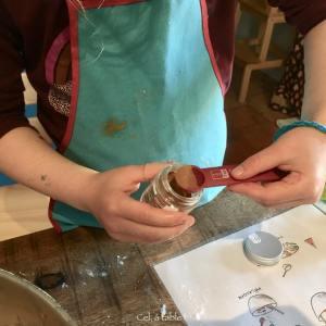 enfant qui prend une cuillère de cannelle