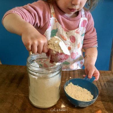 remplir une tasse de farine