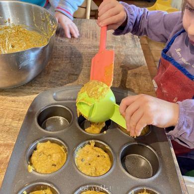 Cuisiner avec son enfant : Apprendre à l'enfant à racler lui-même plutôt que faire à sa place