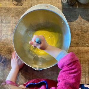 enfant qui mélange des oeufs