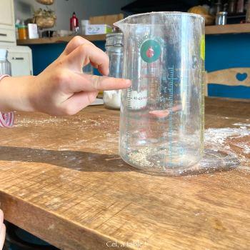 apprendre à utiliser un verre à mesurer aux enfants