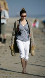 Jessica_Biel_walks_her_dogs_on_the_beach_in_Malibu_with_some_friends_03
