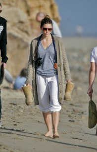 Jessica_Biel_walks_her_dogs_on_the_beach_in_Malibu_with_some_friends_07