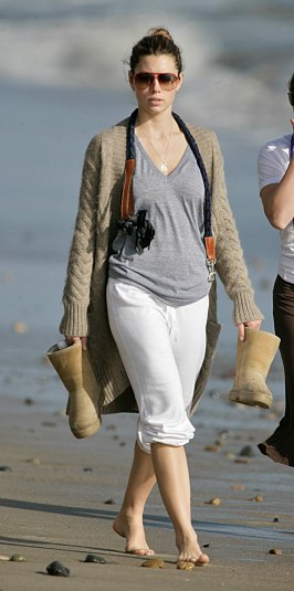 Jessica_Biel_walks_her_dogs_on_the_beach_in_Malibu_with_some_friends_12