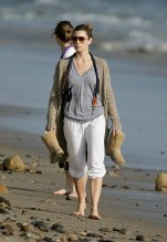 Jessica_Biel_walks_her_dogs_on_the_beach_in_Malibu_with_some_friends_14
