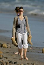 Jessica_Biel_walks_her_dogs_on_the_beach_in_Malibu_with_some_friends_15